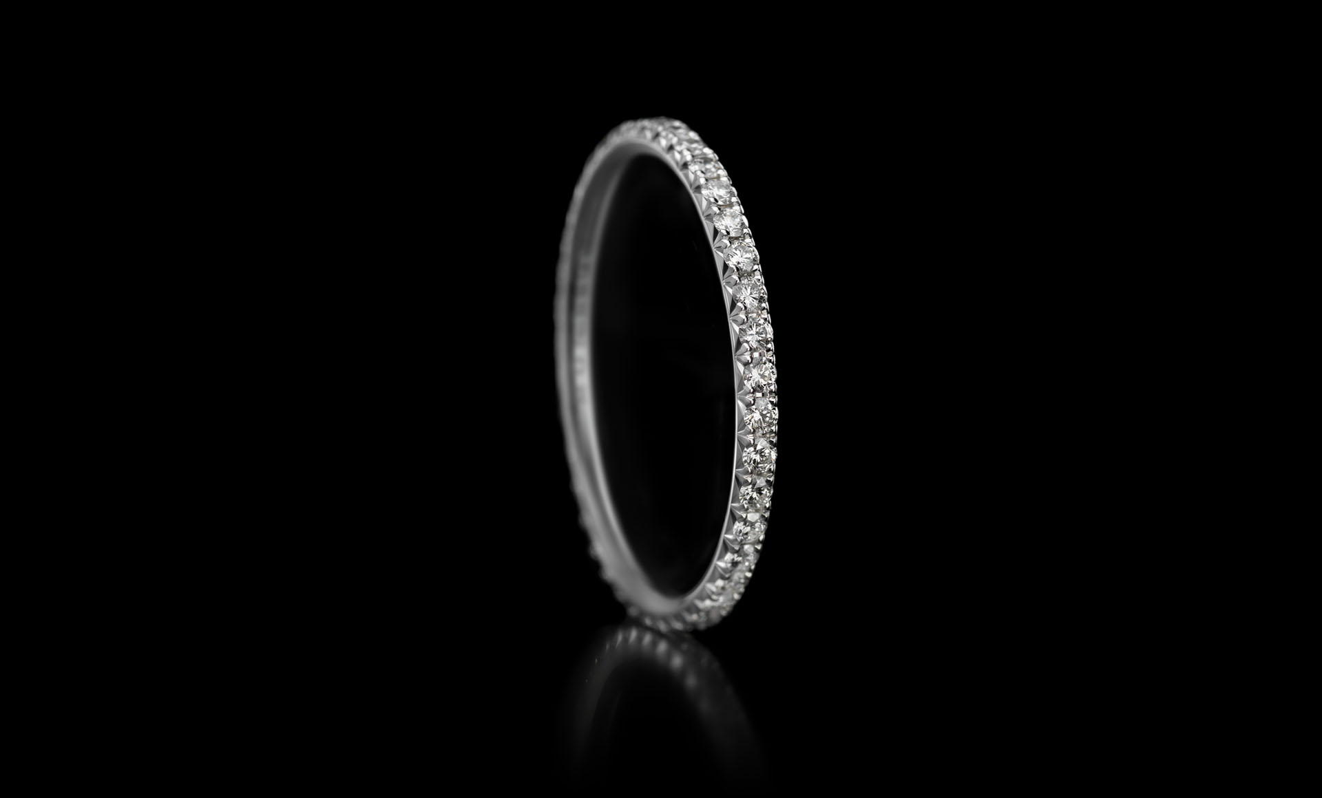 Montluc - Halo No.1. Eternity ring, full set in diamond - set with a continuous line of perfectly selected, round cut diamonds.
