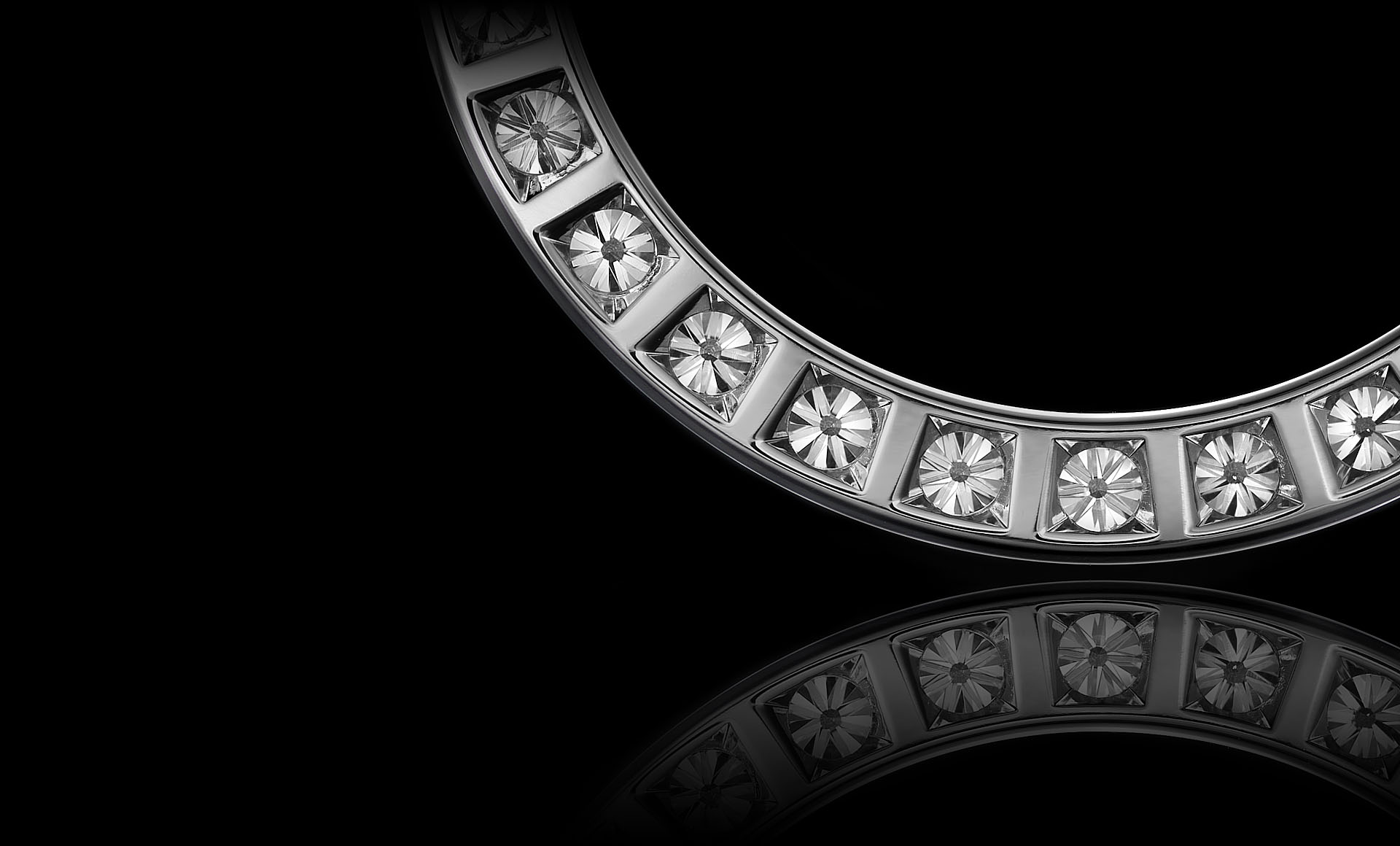 Montluc - Orbit No 1 diamond pendant: set with a continuous line of perfectly selected, round cut diamonds. Seen here from the back.